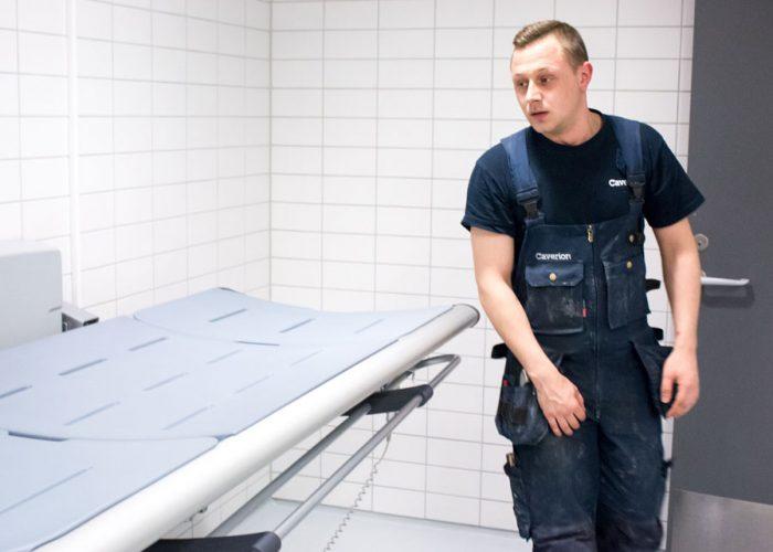 Vvs-installationsteknikeren Jamie servicerer en velfærdsteknologisk installation i Danske Handicaporganisationers Hus